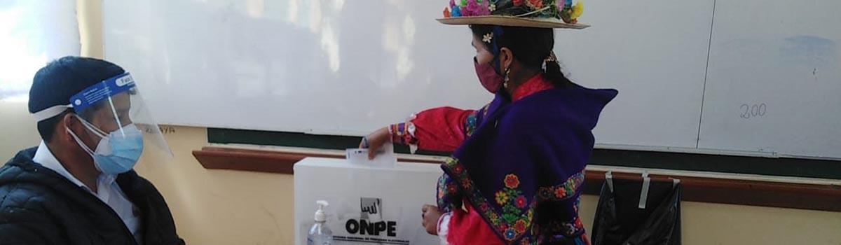 An Indigenous voter casts her ballot during Peru's 2021 elections. © National Office of Electoral Processes
